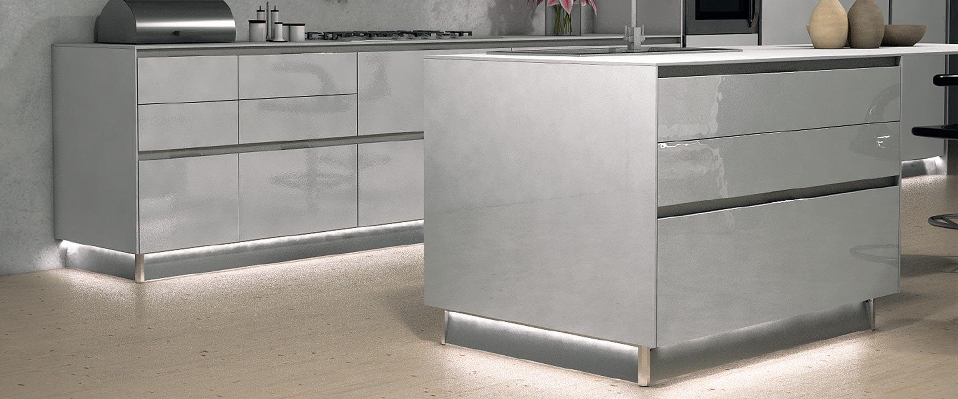 Zoccolo alluminio cucina con led ossicolor - Battiscopa per cucina ...